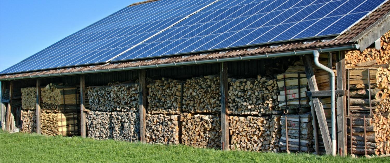 granja aislada con paneles solares en techo