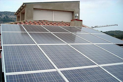 ejemplo de autoconsumo con energía solar en una casa en construcción