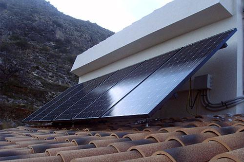 ejemplo de instalación de energía solar fotovoltaica en una casa aislada