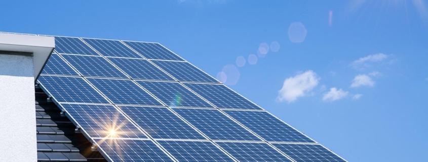 Paneles solares sobre tejado de vivienda individual