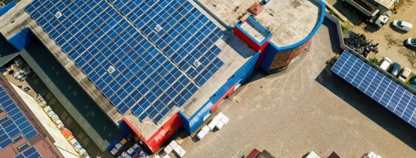 Techo de industria con paneles solares para autoconsumo